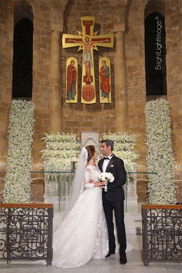Váy cưới cô dâu mặc trong buổi lễ tại nhà thờ là chiếc váy được đặtriêng từ một nhà thiết kế hàng đầu.