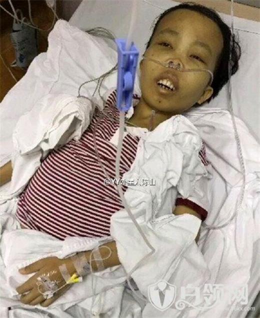 Anh chàng thê thảm nằm trên giường bệnh chống chọi với căn bệnh quái ácvà cần được tiếp rất nhiều máu để tiến hành phẫu thuật.