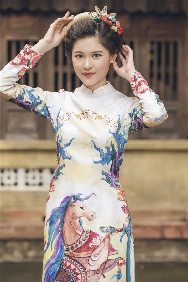 Hình ảnh người phụ nữ cổ điển được Thùy Dung tái hiện qua phom áo rộng, không chiết eo. Cảm hứng hội họa tiếp tục được Thủy Nguyễn phát triển qua hình ảnh chú ngựa trong truyện cổ Thánh Gióng.