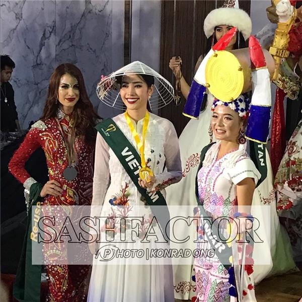 Nam Em trong đêm trình diễn Trang phục dân tộc và được trao giải Hoa hậu Ảnh.