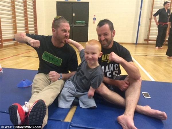 Marshall Janson, 8 tuổi, không chân, tay dị tật, nhưng niềm đam mê với võ thuật là vô bờ bến. (Ảnh: Daily Mail)