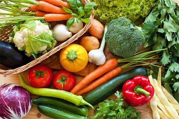 Rau xanh và hoa quả cung cấp nhiều dinh dưỡng cho da bạn luôn khỏe mạnh.