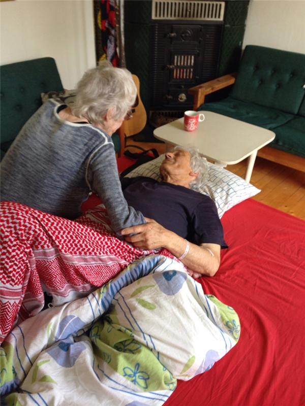 Người mẹ (90 tuổi) nói lời vĩnh biệt với con trai bà (66 tuổi) chỉ vài giờ trước khi ông bất tỉnh và qua đời ngay tại phòng khách vì bệnh ung thư.