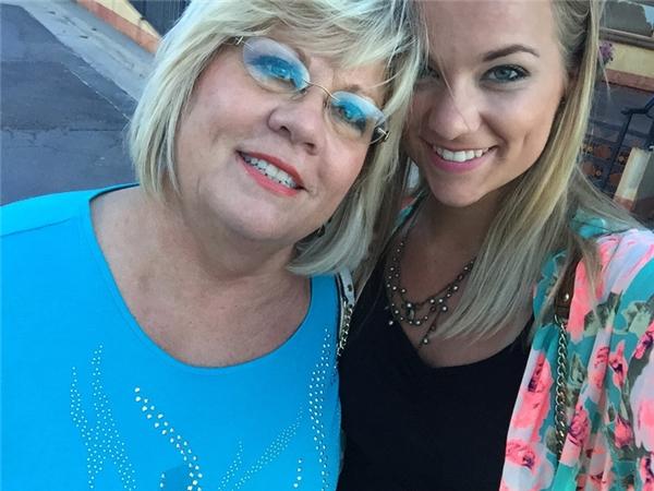 Hình ảnh cuối cùng của người mẹ và cô con gái tại buổi tiệc sinh nhật của em trai bà. Chỉ 2 tuần sau đó, bà tự sát trong khi cô con gái đang đứng trước cửa.