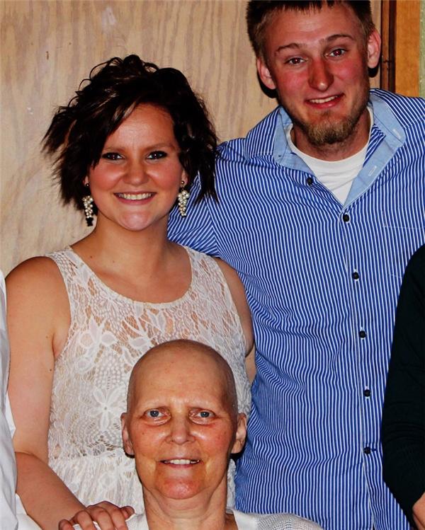 Dù phải vật lộn với căn bệnh ung thư quái ác nhưng người mẹ này vẫn kịp dự đám cưới của con gái. Bà nhắm mắt xuôi tay một tuần sau đó.