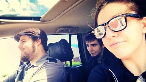 Matt (giữa) cùng anh trai và em gái trở về nhà sau buổi phỏng vấn xin việc làm. Chỉ một ngày sau, anh đã tự sát.