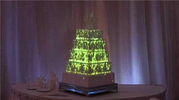 Nội dung trình chiếu trên bánh cưới sẽ tùy thuộc vào yêu cầu của cô dâu, chú rể.