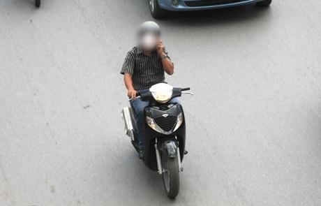 Vừa chạy xe vừa nghe điện thoại, đã nguy hiểm lại còn bị phạt tiền