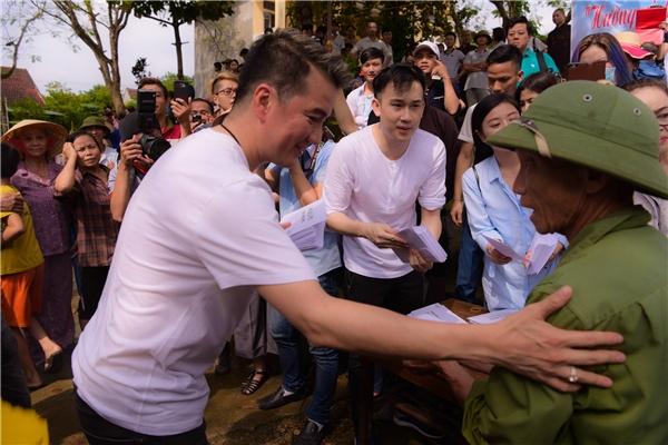 Mr Đàm xúc động khi tận mắt chứng kiến cuộc sống người dân sau lũ - Tin sao Viet - Tin tuc sao Viet - Scandal sao Viet - Tin tuc cua Sao - Tin cua Sao