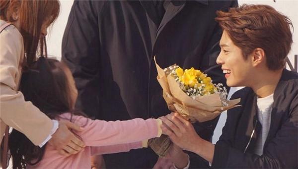 Đến các fan nhí cũng không thể cưỡng lại sức hút của Park Bo Gum
