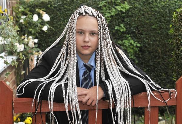 Chenise đã bị các giáo viên không cho vào lớpvới lí do bím tóc của cô bé trái với quy địnhtrường học vàyêu cầu em phảitháo bím tóc ra nếu không phải chịu hình phạt.