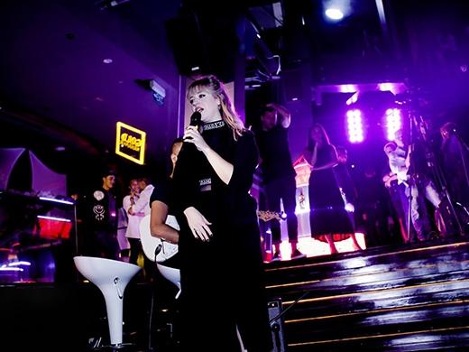 Leah McFall biểu diễn tại Chill Skybar.