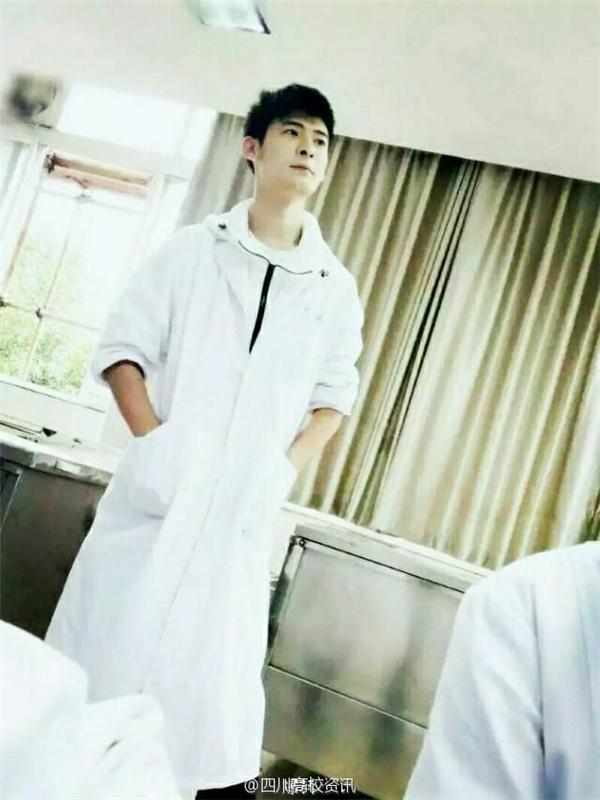 Thầyhiện đang là giảng viên khoa Giải Phẫu, Đại Học Y Khoa Tây Nam, thành phố Lô Châu, Tứ Xuyên, Trung Quốc.