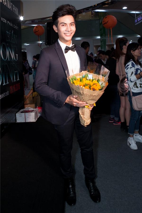Nam diễn viên Lưu Quang Anh điển trai với vest đen bảnh bao và lĩnh lãm. - Tin sao Viet - Tin tuc sao Viet - Scandal sao Viet - Tin tuc cua Sao - Tin cua Sao