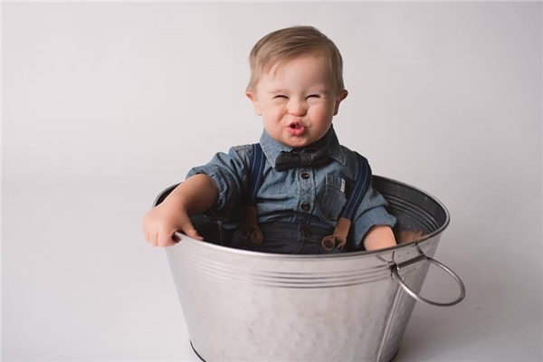 Công ty OshKosh B'gosh đãngỏ ýmời Asher làm người mẫu quảng cáo quần áo trẻ em.