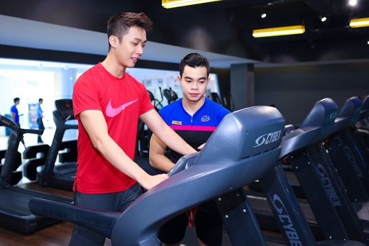 Để giữ dáng, anh thường bắt đầu bằng bài tập chạy bộ với máy.