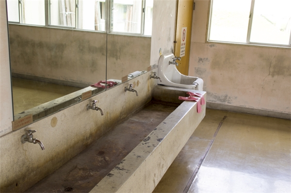 Người ta đồn rằng có một hồn ma ởbuồng vệsinh số 3 của toilet tầng thứ 3 trong trường học.