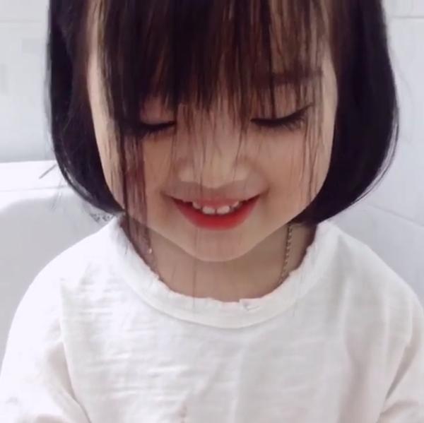 """Cô bé trong clip """"cắt tóc bát úp"""" đang khiến dân mạng """"rần rần"""" là ai?"""