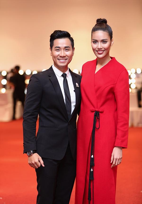 Nguyên Khang cũng vào hậu trường để thăm hỏi và trò chuyện với Lan Khuê. Giải vàng Siêu mẫu Việt Nam 2013 giữ vai trò vedette trong bộ sưu tập thời trang này.