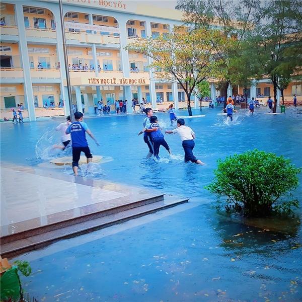 Màu nước mưađược chỉnh thành màu hồ bơi khiến người xem lúc đầu cứ ngỡđây là hồ bơi thực thụ.(Ảnh: DNB)