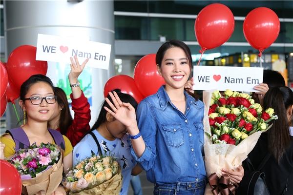 Nam Em hạnh phúc trong vòng tay người hâm mộ ngày trở về - Tin sao Viet - Tin tuc sao Viet - Scandal sao Viet - Tin tuc cua Sao - Tin cua Sao