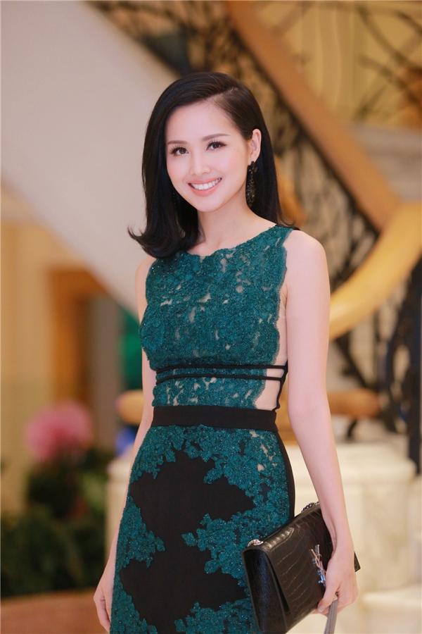 Từ sau khi lấy chồng, Tâm Tít ít khi tham gia những sự kiện của làng giải trí. Bởi vậy, sự xuất hiện của người đẹp trong chương trình thời trang tối 29/10 vừa qua khiến nhiều người không khỏi bất ngờ.