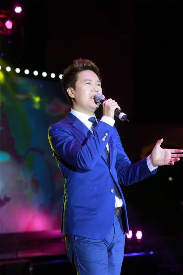 Tham gia sự kiện với tư cách khách mời, ca sĩ Lê Hiếu diện trang phục vest bảnh bao, lịch lãm và phong độ.