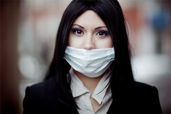 Kuchisake-onnathường giấu chiếc miệng rộng hoác của mình bằng khẩu trang y tế