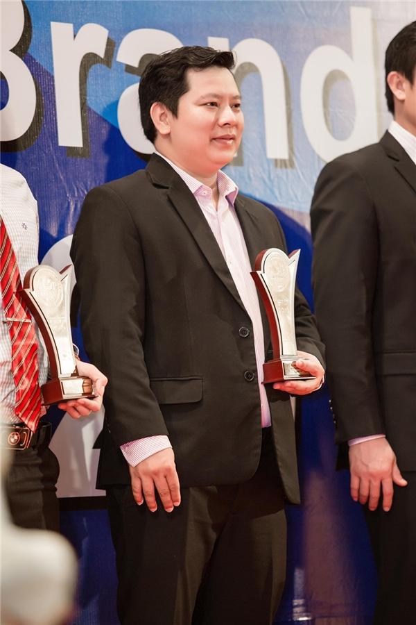 Ông Võ Tấn Đạt đại diện cho tập đoàn của Lý Nhã Kỳ nhận giải.