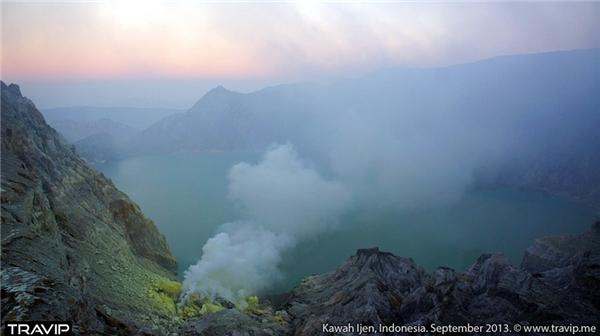 Một ngọn núi huyền ảo trong màn sương