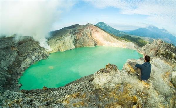 Hồ Ijen dần hiện lên với màu xanh lơ nhàn nhạt, như một mảng màu lớn đang loang dần trên bảng vẽ.