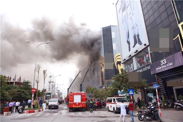 Cháy lớn hơn 3 tiếng đồng hồ thiêu rụi 3 căn nhà 7 tầng ở Hà Nội