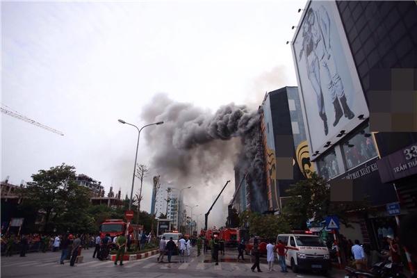 Cháy lớn khiến khói bốc cao ngùn ngụt.