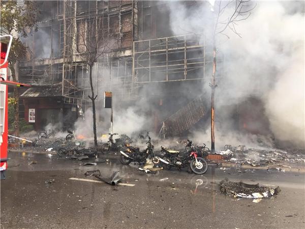 Nhiều xe máy cháy đen thui, hư hỏng nặng tại hiện trường.