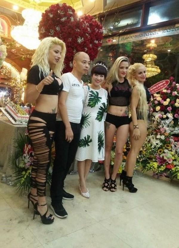Vợ chồng đại gia chụp ảnh cùng nhóm nhảy nữ nước ngoài.(Ảnh: Internet)