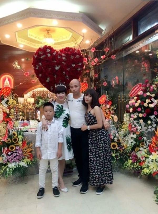 Vợ chồng đại gia Đườngcùng con gái và con trai.(Ảnh: Internet)