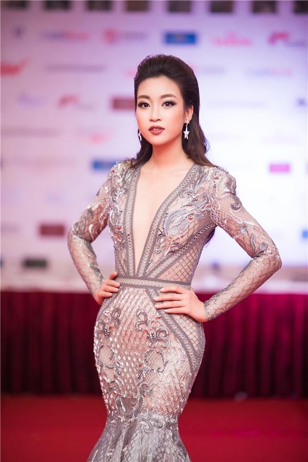 Đây là một trong những lần Tân Hoa hậu Việt Nam 2016 diện trang phục táo bạo với thiết kế đường xẻ sâu hút ờ phần ngực. - Tin sao Viet - Tin tuc sao Viet - Scandal sao Viet - Tin tuc cua Sao - Tin cua Sao