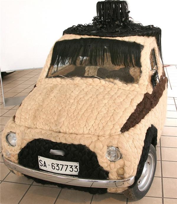 Cận cảnh chiếc xe hơi làm từ 100kg tóc.
