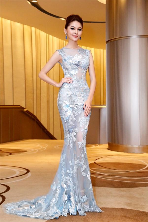Người đẹp 20 tuổi khoe dáng nuột nà trong thiết kế đuôi cá xuyên thấu của nhà thiết kế Hoàng Hải. Bộ váy với sắc trắng xanh mang lại vẻ ngoài quyến rũ, trẻ trung cho Á hậu Việt Nam 2016.