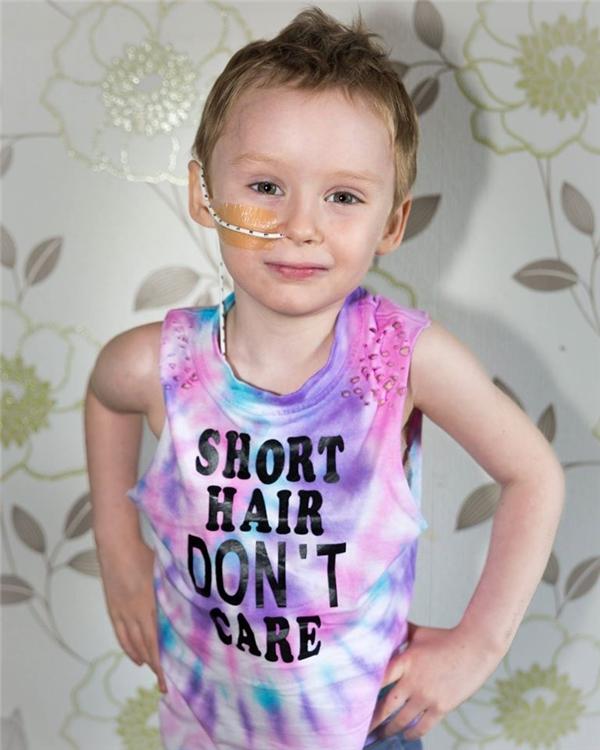Cha đau thắt lòng chụp ảnh con gái ung thư quằn quại trên giường bệnh