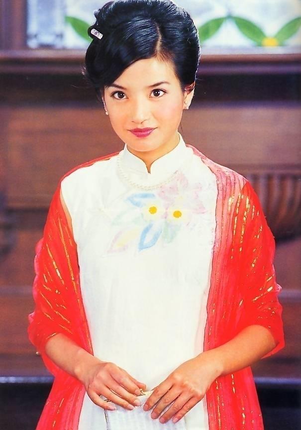 Vai diễn Lục Y Bình trong Tân dòng sông ly biệt năm 2001 được xem là màn bứt phá ngoạn mục khẳng định khả năng diễn xuất của Triệu Vy.
