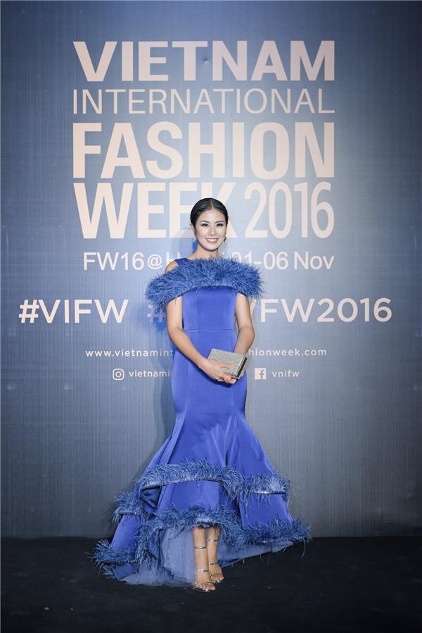 Hoa hậu Ngọc Hân tỏa sáng với chiếc váy kiêu sa, dài thướt tha, tông màu xanh, đính kết lông vũ kì công.