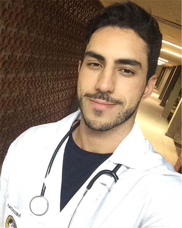 Chàng bác sĩ điển trai người Brazil.