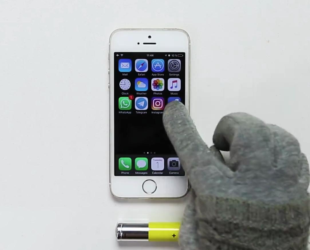 Khi đeo găng tay, bạn không thể nào sử dụngsmartphone được vì màn hình cảm ứng sẽ không nhận diện được thao tác.