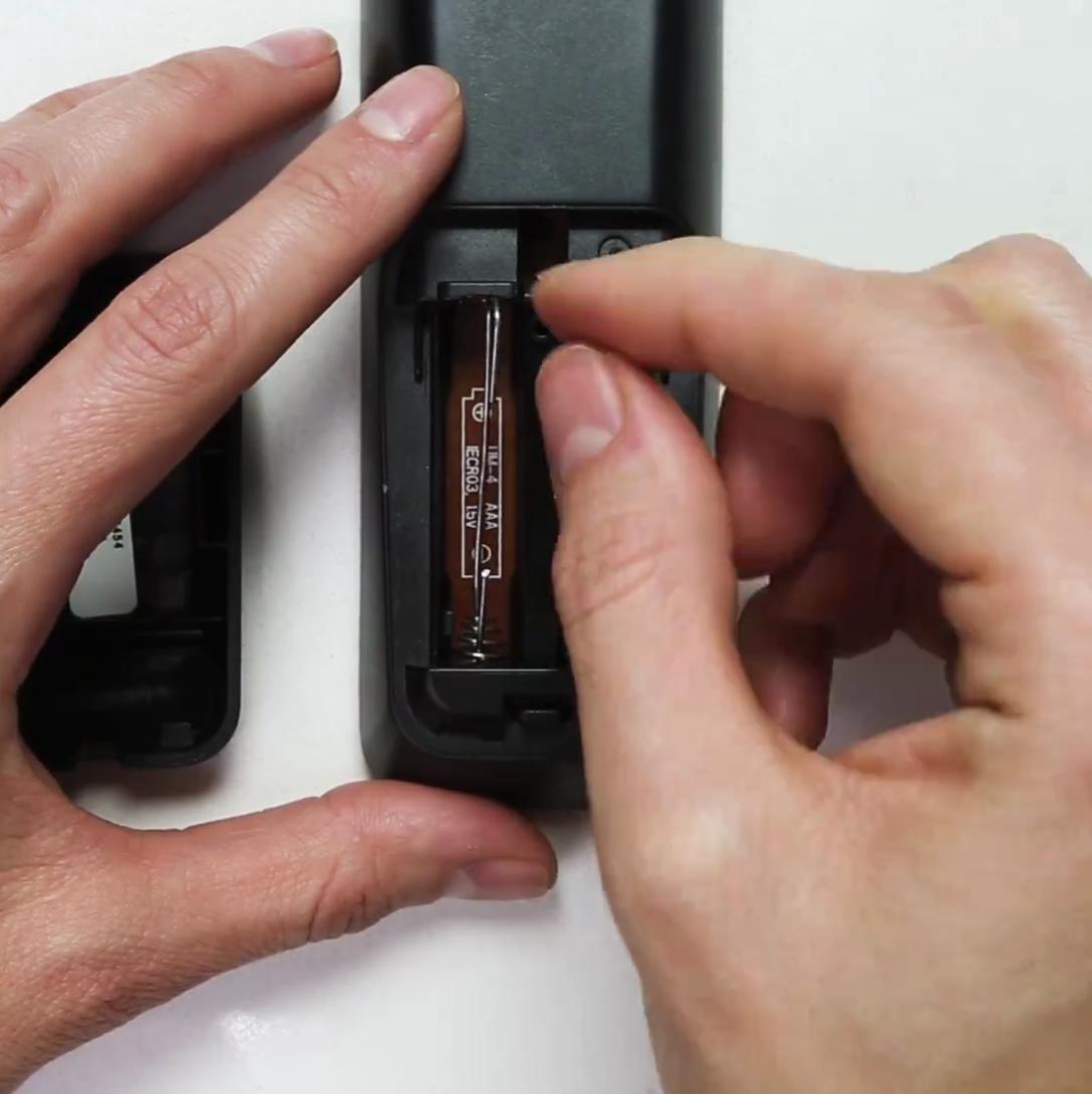Rồi gắn vào phần pin bị thiếu. Vậy là đã có thể sử dụng chiếc điều khiển một cách bình thường rồi.
