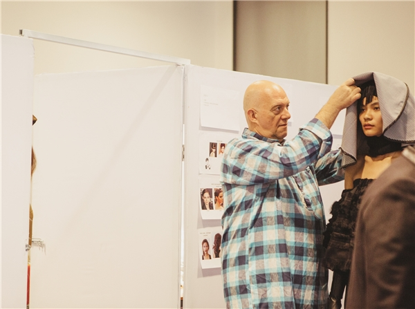 Các người mẫu trong show diễn phải liên tục thay đồ và thay đổi layout make-up để có thể kịp bước lên sàn catwalk một cách chỉn chu nhất.