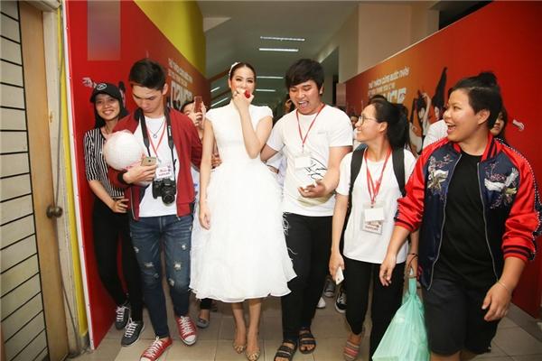 Biểu cảm đáng yêu của Phạm Hương khi vừa đi vừa ăn táo - Tin sao Viet - Tin tuc sao Viet - Scandal sao Viet - Tin tuc cua Sao - Tin cua Sao