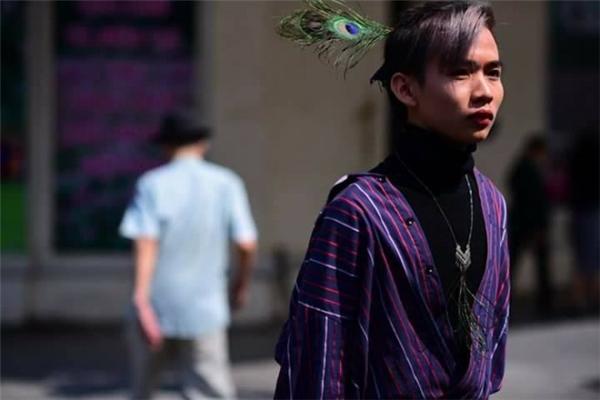 Bộ trang phục của chàng trai này sẽ không có gì đáng nói nếu không có chiếc lông công trông giống Chu Chỉ Nhược của phái Nga Mi trong truyện kiếm hiệp.