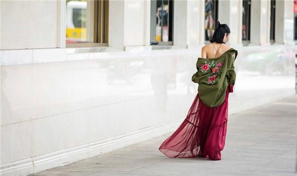 Sự kết hợp giữa tông xanh rêu và sắc đỏ rượu trông vô cùng thú vị, mới mẻ nhưng hai thành phần của bộ trang phục này lại không hề liên quan với nhau. Chiều dài của váy quá cỡ khiến người mặc trông kém gọn gàng.