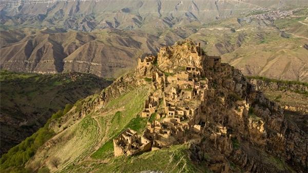 """Một ngôi làng ở Dagestan thuộc vùng núi North Caucasus hùng vĩ (Nga), từng rất đông người sinh sống. Thế nhưng, những cư dân cuối cùng của làng đã qua đời năm 2015, biến nơi đây trở thành """"thế giới hoang"""" không sự sống."""